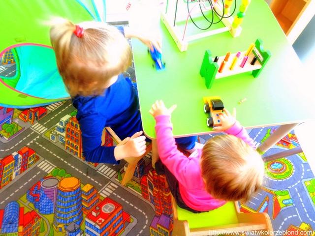 wspólna zabawa dzieci na placu zabaw