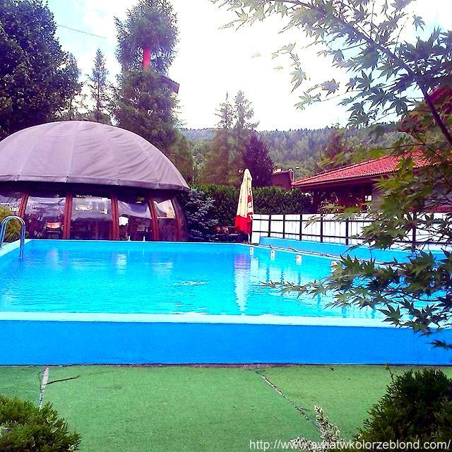 relaks odpoczynek na basenie w hotelu w górach