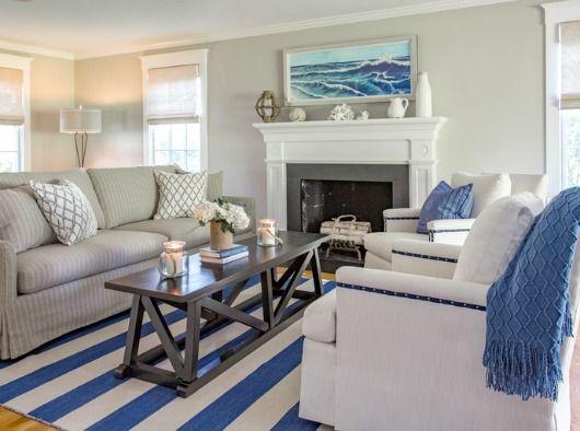 modne biało niebieskie pasy w dekoracjach do domu w stylu marynistycznym