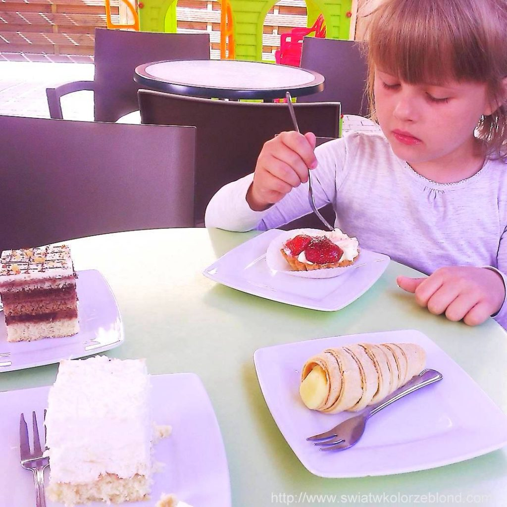 w ciastkarni z dziećmi