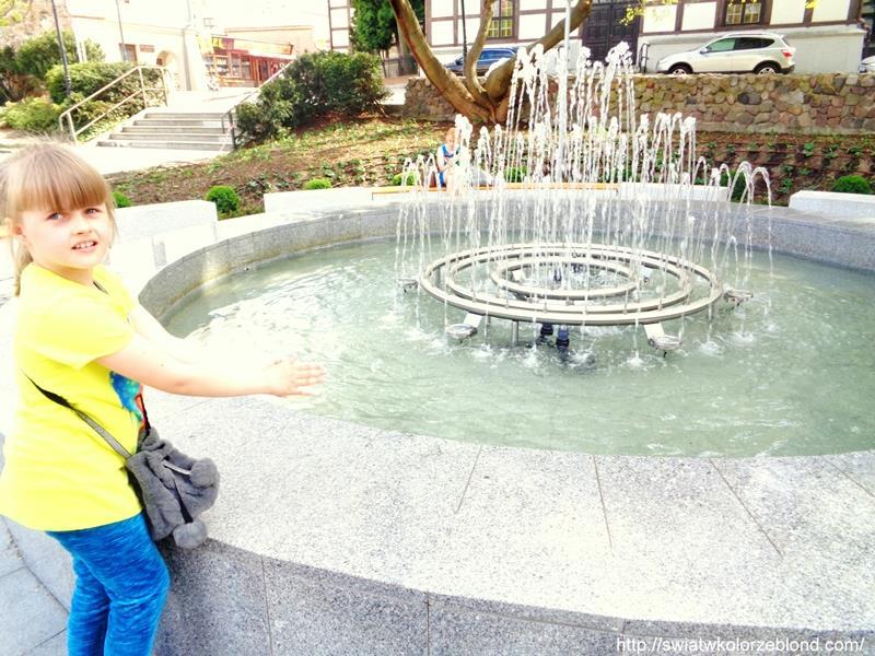 Migawki z Zielonej Góry zabawa przy fontannie